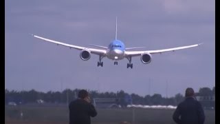 Download Piloot Dreamliner haalt grapje uit, vliegtuigspotters in paniek Video