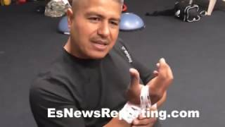 Download Who hits hard? Robert Garcia tapes his wrists to do mitts with Mikey Garcia -EsNews Boxing Video