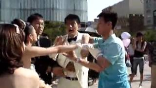 Download ″男小三″婚礼现场抢婚 新娘咆哮追打 Video