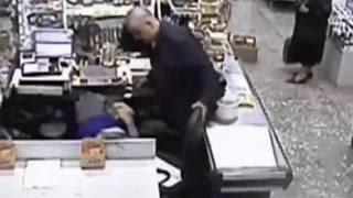 Download В Перми грабитель три часа издевался над кассиром на глазах очевидцев Video