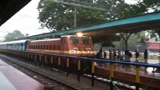 Download WAP4 Parasuram Express enters Kannur in Heavy Rain with Announcements Video