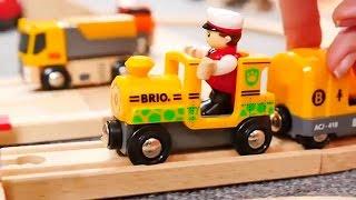 Download Vidéo éducative. Trains et voitures - une barrière Video