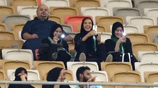 Download مشجعات سعوديات في ملعب لكرة القدم للمرة الأولى في تاريخ المملكة Video
