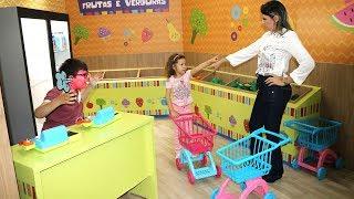 Download MÃE E FILHA BRINCANDO NO Mercado com Carrinho de Brinquedo - MINI MERCADO Video