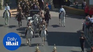 Download Horses take to the streets of Windsor for royal wedding rehearsal - Daily Mail Video