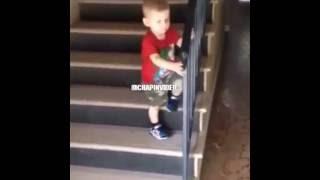 Download Niño se cae de las escaleras! Video