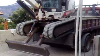 Download come caricare un 'escavatore sul camion in mancanza di rampe!!!!!!!! Video