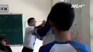 Download (VTC14) Hậu Giang: Thầy giáo và nữ sinh đánh nhau tay đôi trong lớp học Video