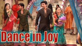 Download Sasural Simar Ka - Simar and Entire Family Dance in Joy Video