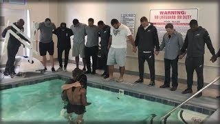 Download AS OTHER PLAYERS KNEEL, THIS NFL PLAYER DOES SOMETHING AMAZING FOR GOD IN PIC GOING VIRAL Video