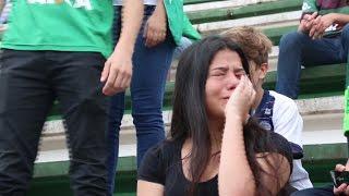Download Cientos de hinchas lloran la muerte en accidente de avión de los futbolistas del club Chapecoense Video