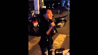 Download Cô bé bán kẹo kéo hát Sóc sờ bay Sóc Trăng hay như ca sĩ Video