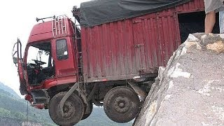 Download Live : Truck falls off cliff due to overload Video