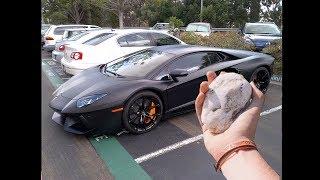 Download verrückter junge wirft Stein auf Lamborghini Aventador Video