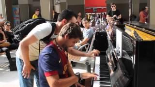 Download Deux inconnus jouent du piano dans la gare d'Austerlitz Video