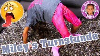 Download MILEYS TURNSTUNDE | Spagat Rad Turnübungen Zuhause | CuteBabyMiley Video