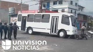 Download Policías venezolanos mueren al ser arrollados por un autobús durante manifestación Video