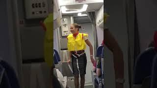 Download Brasileiros brincam com aeromoça em avião na Rússia Video