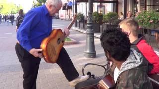 Download Показал ребятам как надо играть на гитаре... КЛАССНЫЙ МУЗЫКАНТ!!! Video