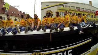 Download Hokejoví mistři dojeli na rolbě a autobusu přes město na přeplněné náměstí Video