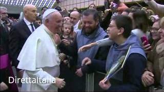 Download 13 01 2016 PAPA FRANCESCO SI EMOZIONA QUANDO INCONTRA TRA I FEDELI UN SUO AMICO Video