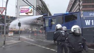 Download Wasserwerfereinsatz - 21 Verletzte bei HoGeSa + Gegendemos in Köln am 25.10.15 + O-Ton Video
