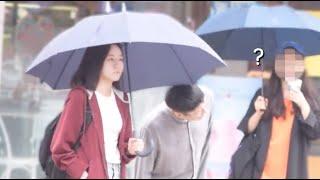 Download 모르는사람 우산 같이쓰기 몰래카메라 / Invading Stranger's Umbrella Prank (Eng CC) Video