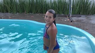 Download Nina ensina fazer o penteado da condessa na piscina Video