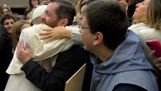 Download A surpresa do Papa ao reencontrar amigo na multidão Video