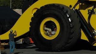 Download Biggest wheel loader in the world 70 yard super high lift LeTourneau L2350 Video