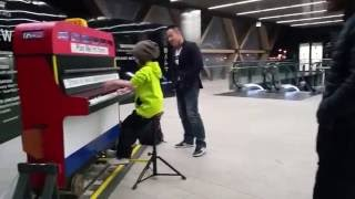 Download Play Me I´m Yours! Canary Wharf Street Piano Video