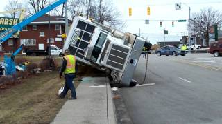 Download tractor trailer full of hogs downtown Warsaw Indiana Video