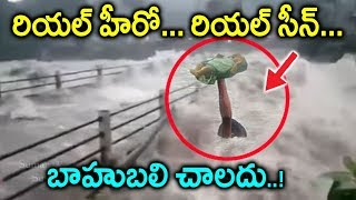 Download కేరళ వరదల నుండి పసి పాపని కాపాడిన రియల్ హీరో   Man saves child from Kerala Floods  kerala updates Video