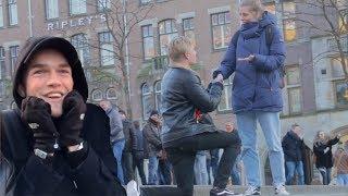 Download Wie kan het langst de hand van een vreemde vasthouden | Geldrovers Video