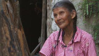 Download Una anciana vive en una cueva en las montañas hace 50 años Video