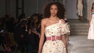 Download Carolina Herrera presenta su colección Primavera 2018 en el MoMA Video