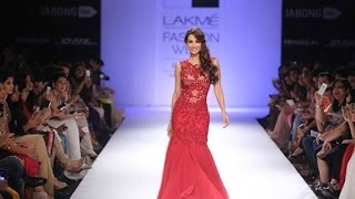 Download Malaika Arora Khan's Gorgeous Ramp Walk At Lakme Faishon Week 2014 Video