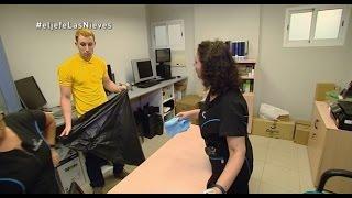 Download El jefe limpia las oficinas - El Jefe Infiltrado Video