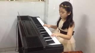 Download bé gái đàn piano cực dễ thương :) Video