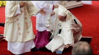 Download RAW: Pope Francis falls during Mass in Poland Video