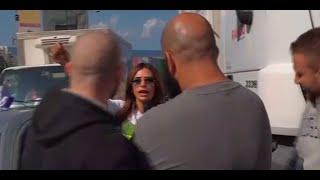 Download بالفيديو - مضايقات لفظية وجسدية للزميلة جويل بويونس خلال تغطيتها قطع الطرقات Video