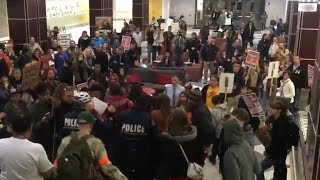 Download Student attacks anti-Trump protester Video