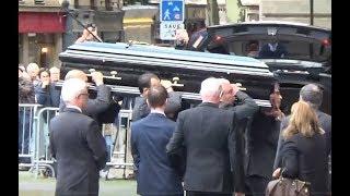 Download Carla Bruni, Johnny Hallyday, Marc Lavoine etc aux obsèques de Mireille Darc - 1er septembre 2017 Video