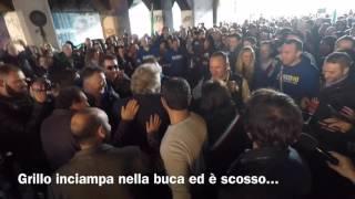 Download Beppe Grillo casca nella buca della Raggi Video