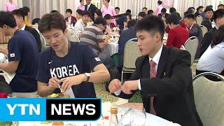 Download 평양냉면 먹고, 사진 찍고...통일농구 방북단 환영 만찬 / YTN Video