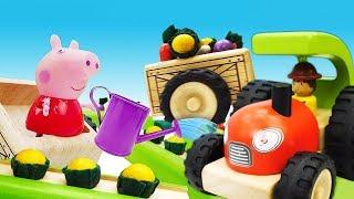 Download Игрушечные машинки помощники. Трактор, погрузчик, грузовик и Свинка Пеппа работают на грядке! Video