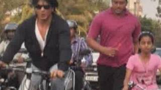 Download Shahrukh Khan rides a bicycle on Carter road Video
