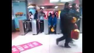 Download Zwartrijders (fare dodging) in Rotterdam Centraal en Chinese metro, kijk zelf maar. Ishoppi Video