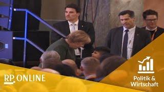 Download Mutti Merkel rührt Flüchtlingsjungen zu Tränen Video