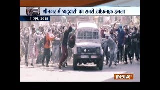 Download CRPF vehicle attacked by stone pelters in Jammu and Kashmir's Srinagar Video
